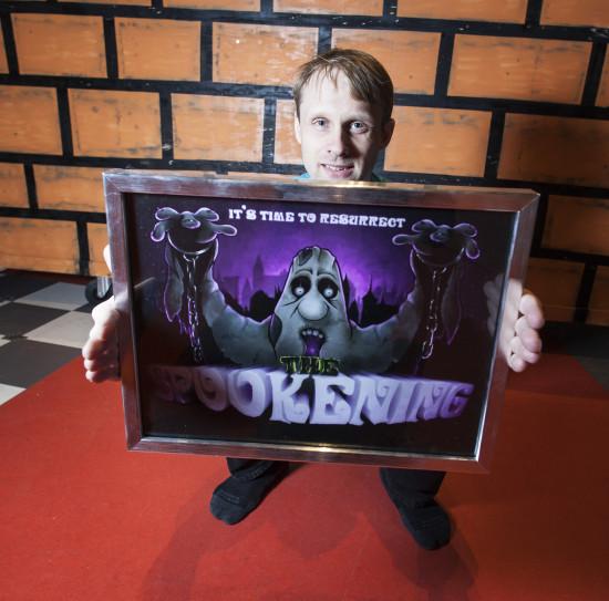 Ateljé dataspel, Krister Karlsson med sitt verk. Foto: Anna Gerdén