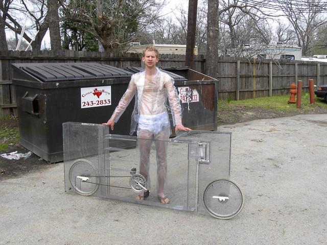 Kostymklädde Jimmy Kuehnle vid sin cykel