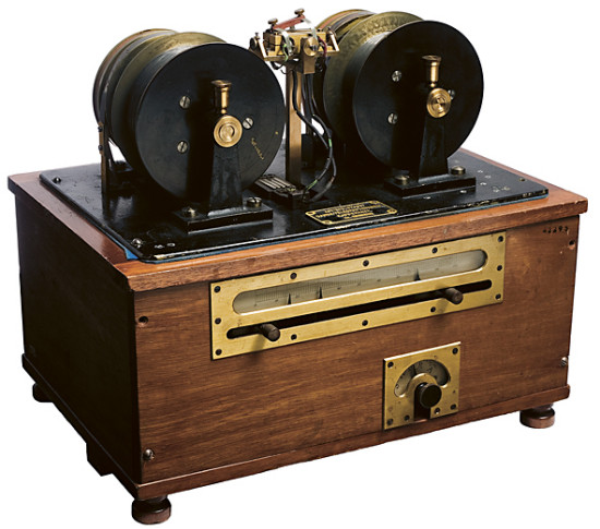 Waldemar Poulsens Telegrafon  byggde på hans patent från 1899 där han förespådde såväl ljudbandet som datalagring på band, hårddisk och disketter. Poulsen demonstrerade apparaten och spelade bland annat in den österrikiske kejsaren år 1900.