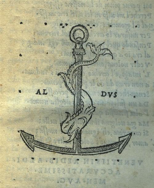 """Aldus boktryckarmärke. Hans motto var """"Festina lente"""" (skynda långsamt) med den snabba delfinen och det stabila ankaret. Kan man inte skymta ett semikolon i detta också?"""