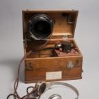 Telefon med starkströmsmikrofon