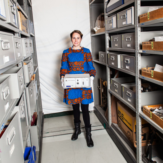 Intendent Emilie Sabel hämtar prototypen till Håkan Lans transponder i föremålsarkivet. Se den i vår utställning!