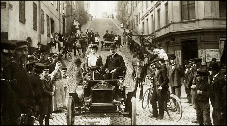 Alexandra Gjestvang vid ratten 1904
