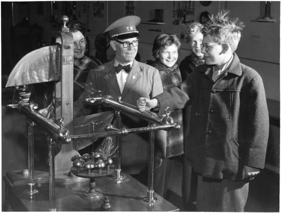 Ramsdens elektriska influensmaskin - en apparat med roterande glasskivor användes för hårresande experiment med barn på Tekniska museet.