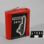 Ett Tudor-batteri i museets samlingar. Med katt på.