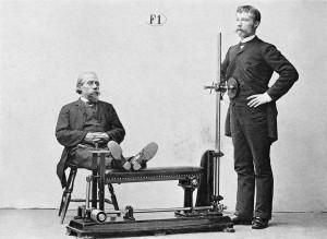 Två män får skakningsmassage av en apparat.