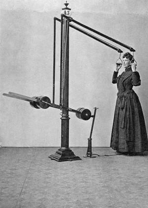 Kvinna tränar arm, skuldra och rygg i apparat.
