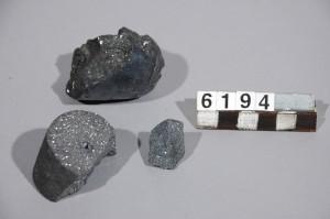 Bitar av konstgjord kristall