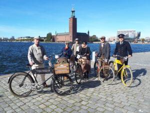 Medarbetare från museet med gamla cyklar