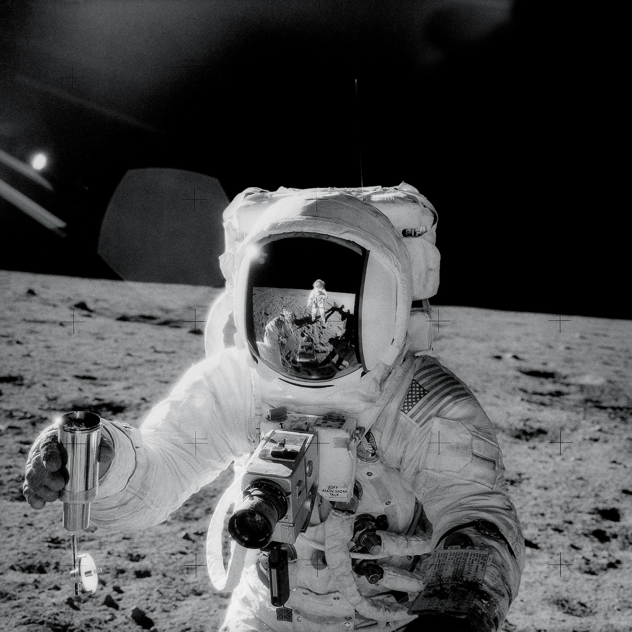 Bild av astronaut på månen med ett grusprov i handen