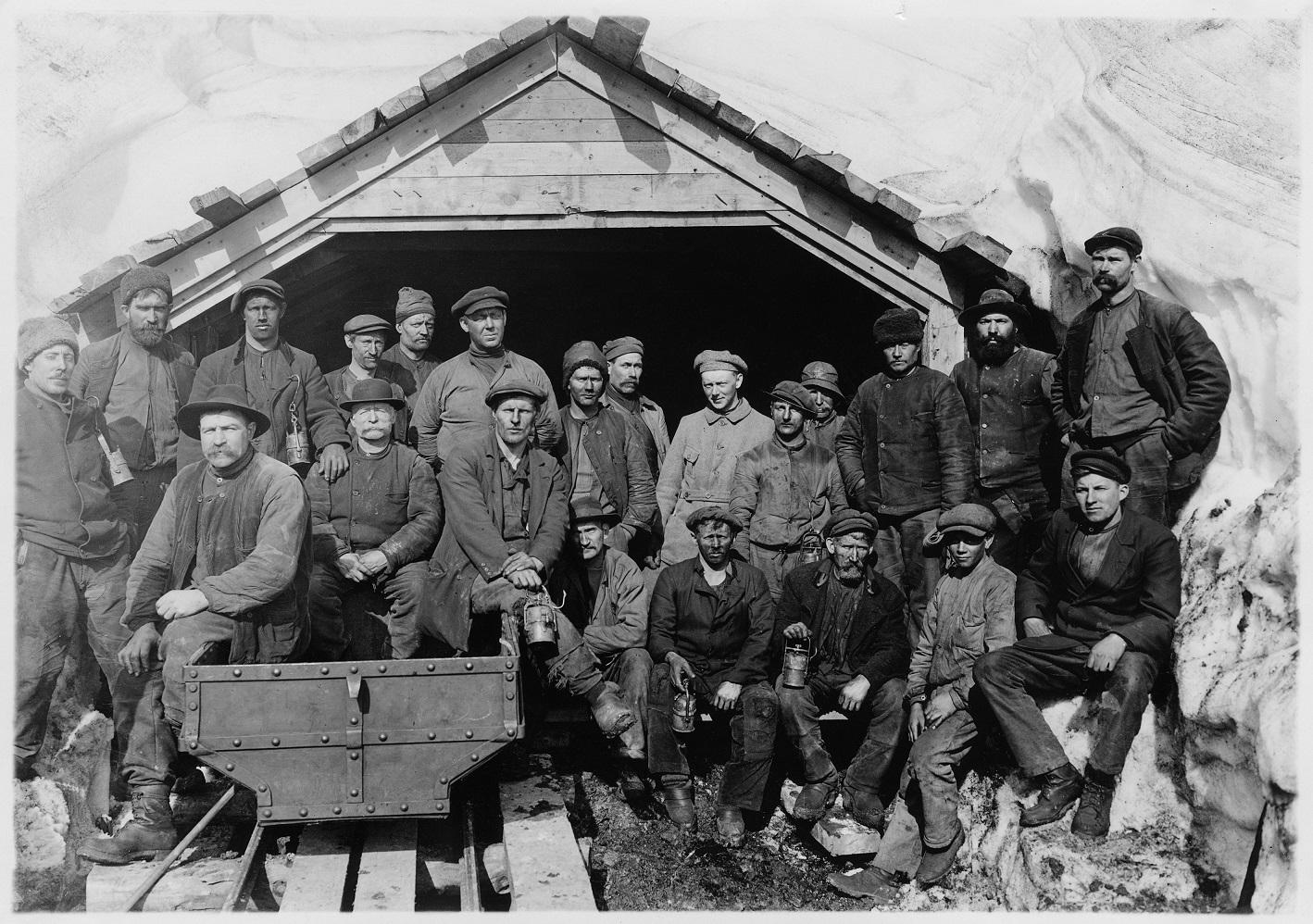 Gruvarbetarlag vid en gruvöppning